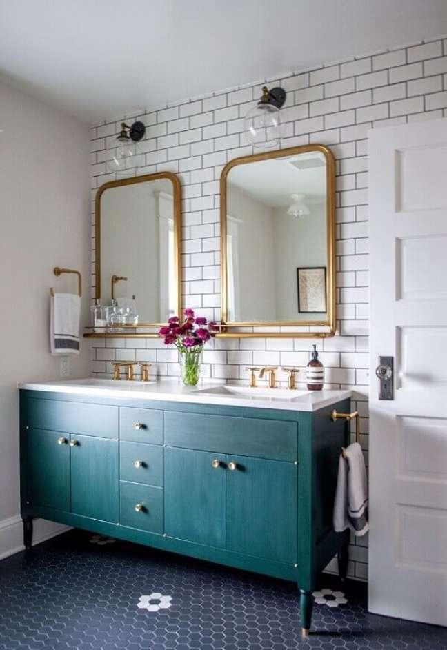 34. Móveis vintage para banheiro com armário verde e espelhos dourados – Foto Casework