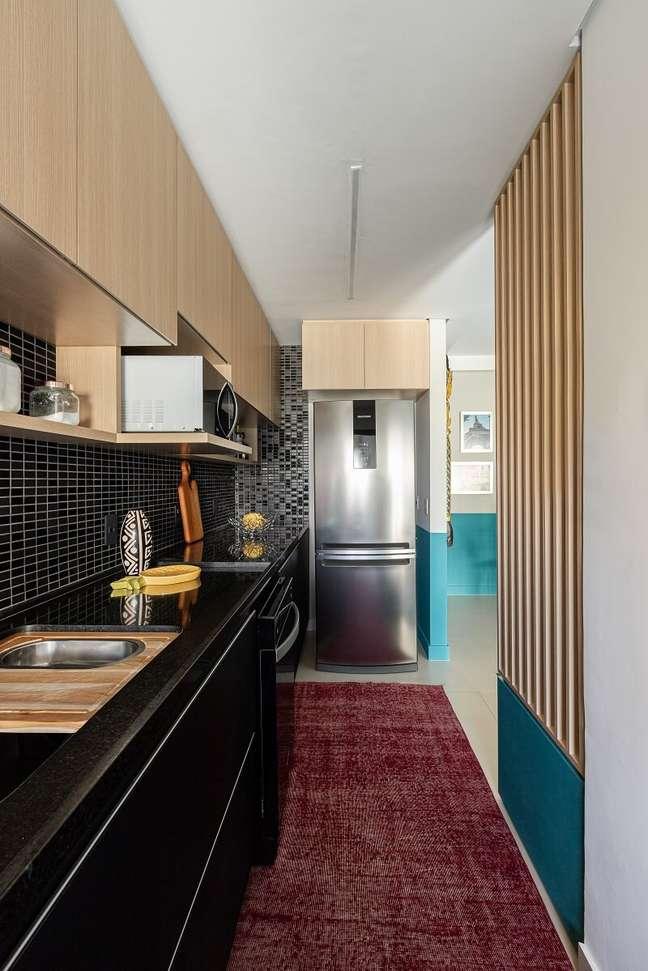 6. O tapete rosa amplo da cozinha traz um toque de cor no cômodo. Foto: Gisele Rampazzo