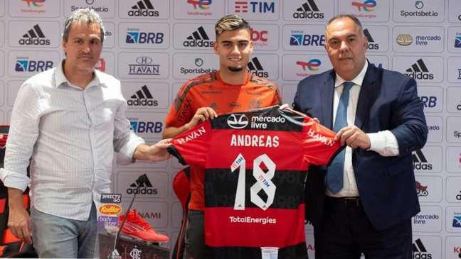 Andreas Pereira exibe a camisa 18 durante sua apresentação oficial como novo reforço do Flamengo (Foto: Alexandre Vidal/Flamengo)