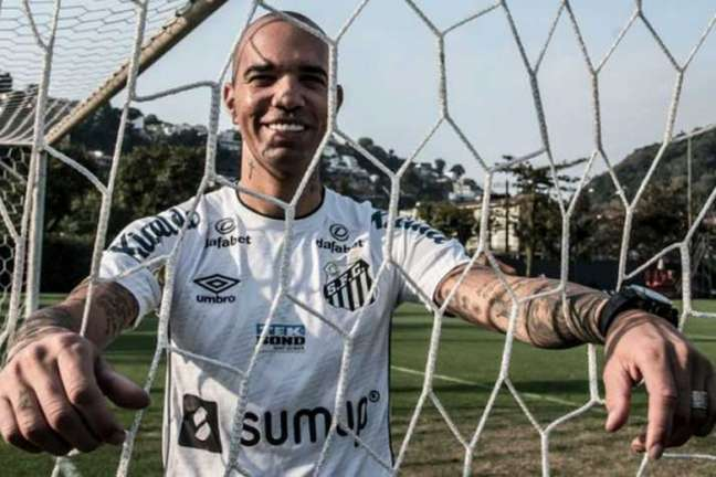 O atacante Diego Tardelli foi apresentado pelo Santos nesta segunda (Foto: Ivan Storti/Santos FC)