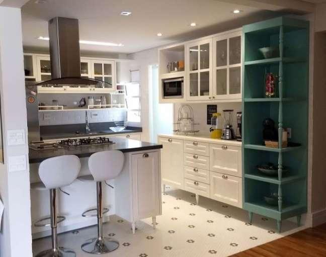 11. Cozinha com móveis vintage branco com verde claro – Foto Alessandra Zeni