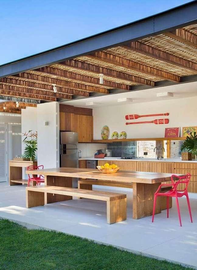 5. Mesa com banco de madeira para decoração de cozinha aberta no quintal – Foto: Brise Arquitetura