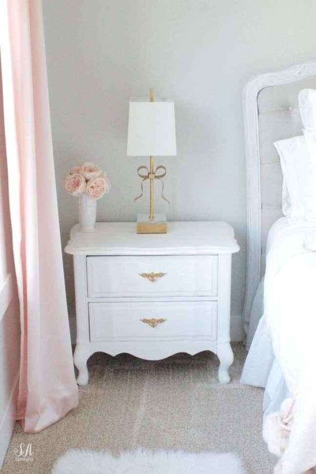 24. Mesa provençal branca com puxadores vintage para móveis do quarto – Foto Summer Adams