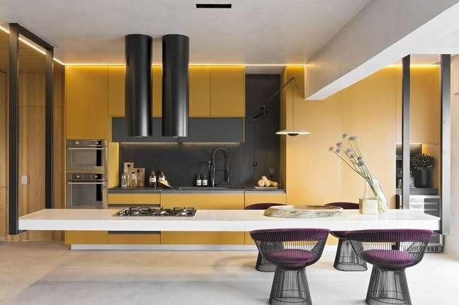 7. A coifa preta ajuda a compor a decoração contemporânea para a cozinha aberta planejada – Foto Diego Revollo