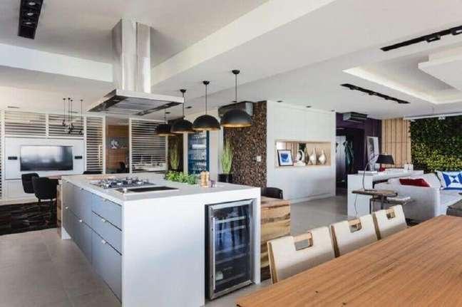 23. Casa grande decorada com pendente preto para cozinha aberta com ilha – Foto: Juliana Pippi