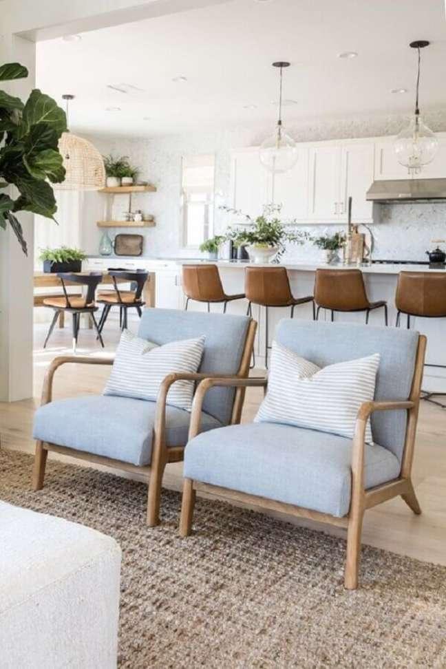 16. Banqueta de couro para decoração de cozinha aberta com ilha e sala integrada – Foto: Pure Salt Interiors