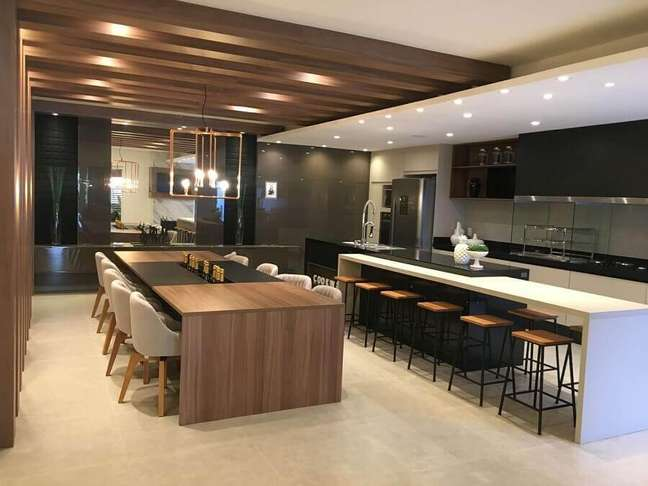 46. Decoração moderna de cozinha aberta com sala de jantar integrada – Foto: Jacqueline Fumagalli