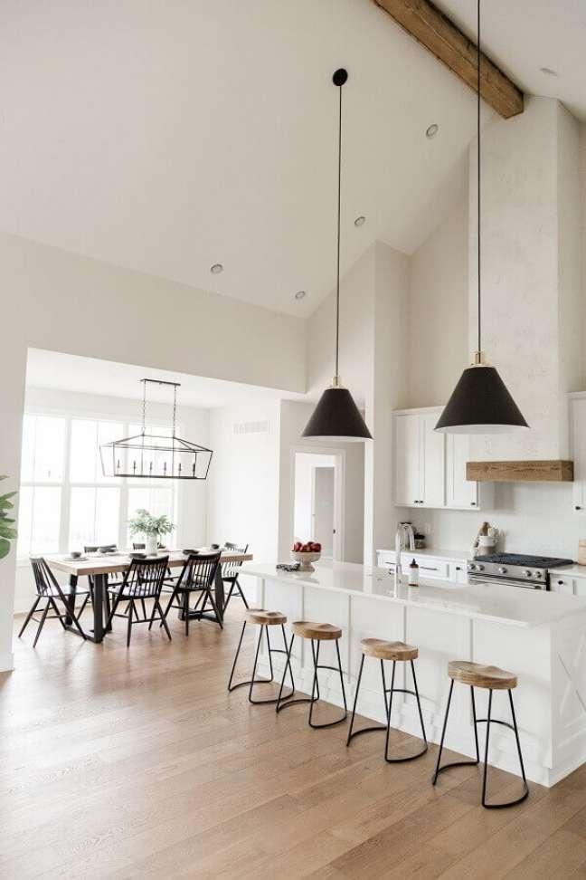 58. Pendente preto para decoração de cozinha aberta com ilha branca – Foto: Oakstone Homes