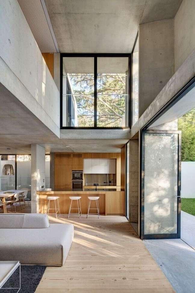 36. Decoração de casa estilo industrial com cozinha aberta de madeira – Foto: Nobbs Radford Architects