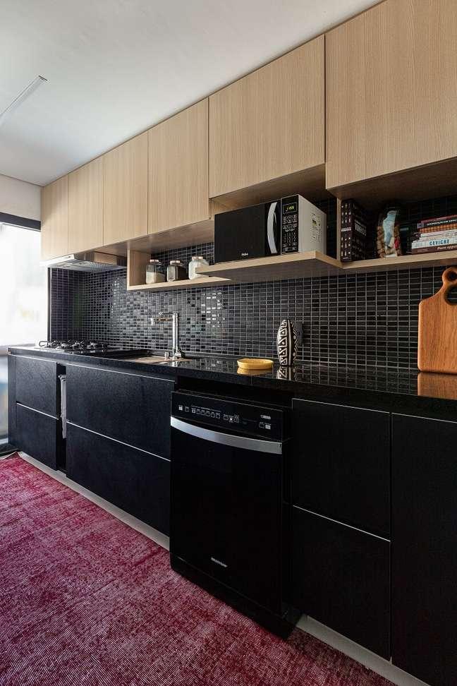 7. A bancada da cozinha em tom preto traz sofisticação para o décor. Foto: Gisele Rampazzo