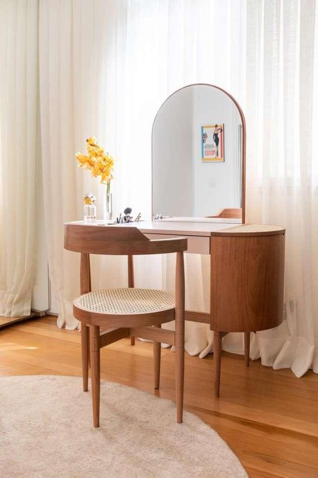 37. Móveis vintage para quarto moderno com penteadeira de madeira – Foto Lufe Gomes Arquiteta Ana Sawaia Arquitetura