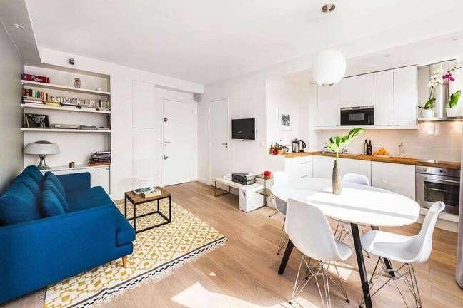 9. Apartamento decorado com cozinha aberta com sala de estar e jantar integradas – Foto: Habitaclia