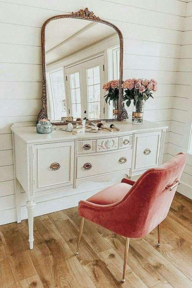 27. Móveis vintage com cadeira rosa e espelho delicado – Foto Catálogo Anthropologie