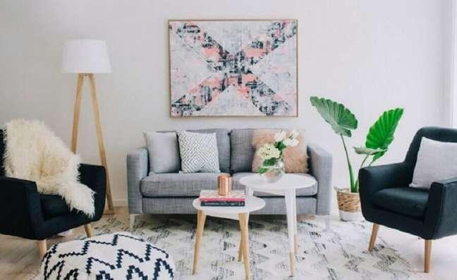 49. Sala de estar decorada com poltronas pés palito e almofadas para sofá cinza pequeno – Foto: Claudia Stephenson