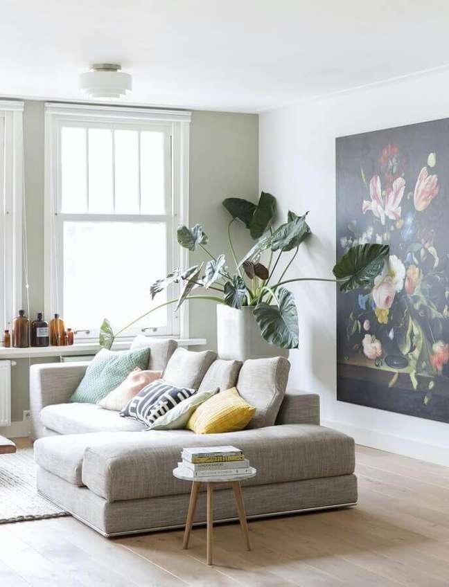 13. Combinação de almofadas para sofá cinza em sala branca decorada com planta grande – Foto: Media Jungle