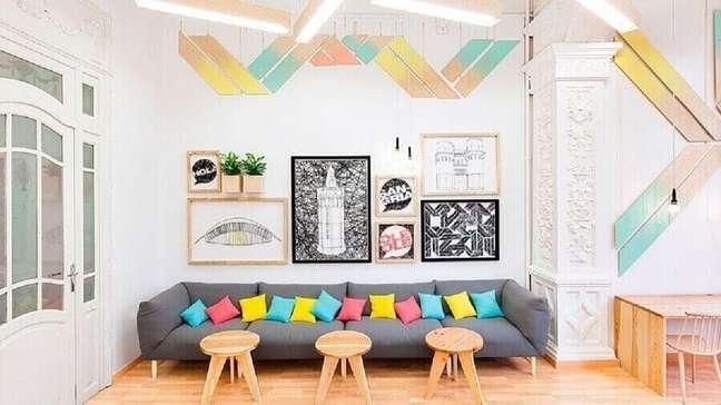2. Decoração colorida para sala com almofadas para sofá cinza – Foto: De Lavie Decor