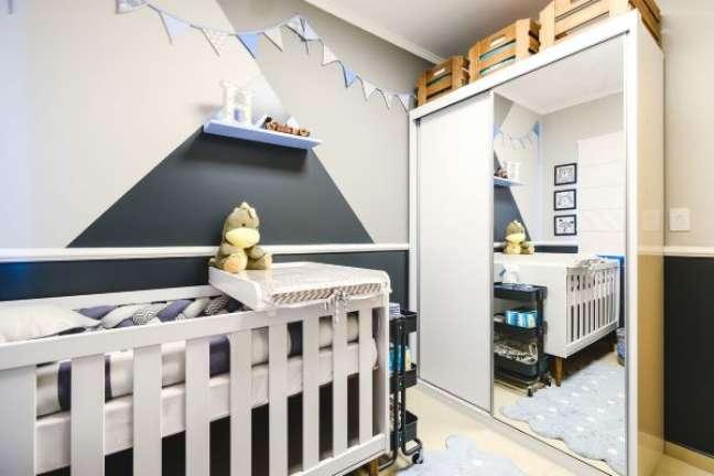 35. Quarto de bebe moderno com rodameio na parede do berço em tons de cinza – Foto Meraki