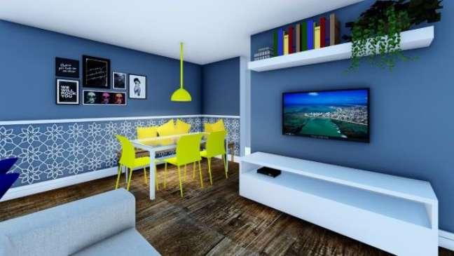 48. Sala com rodameio para separar a tint azul da estampa e mesa de jantar com cadeira amarela – Foto acasaesuadecor