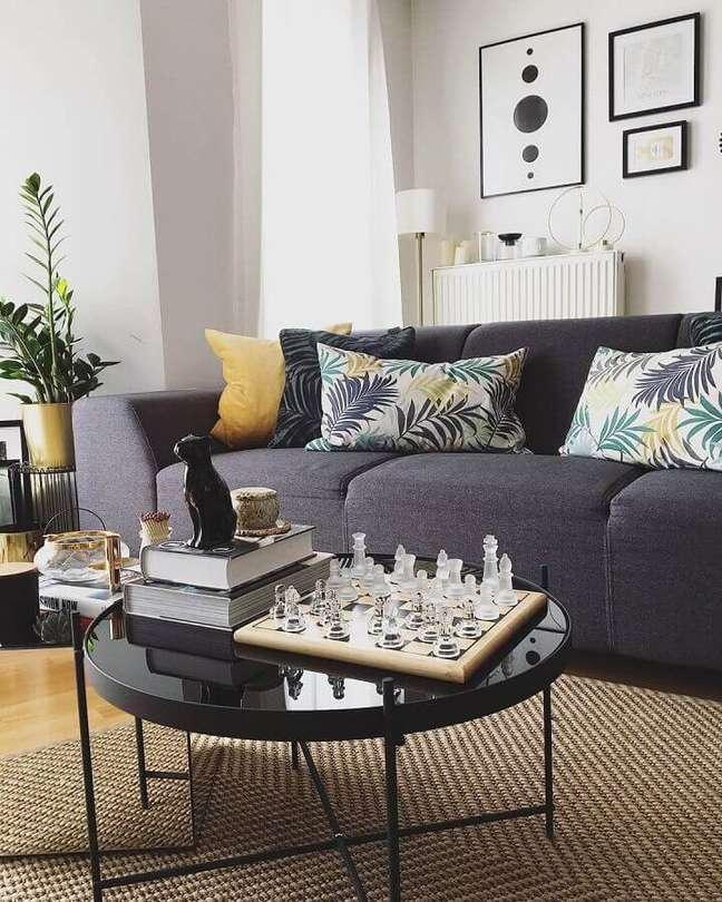 1. Almofadas para sofá cinza escuro em sala decorada com mesa de centro redonda – Foto: Corinne Miya