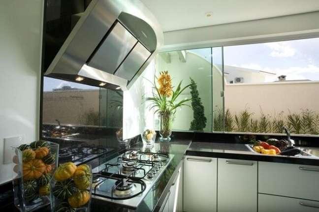 6. Feng Shui cozinha: espelhos e revestimento espalhados podem expandir o ambiente e trazem boas energia, desde que o espaço se mantenha organizado. Projeto de Aquiles Nicolas Kílaris