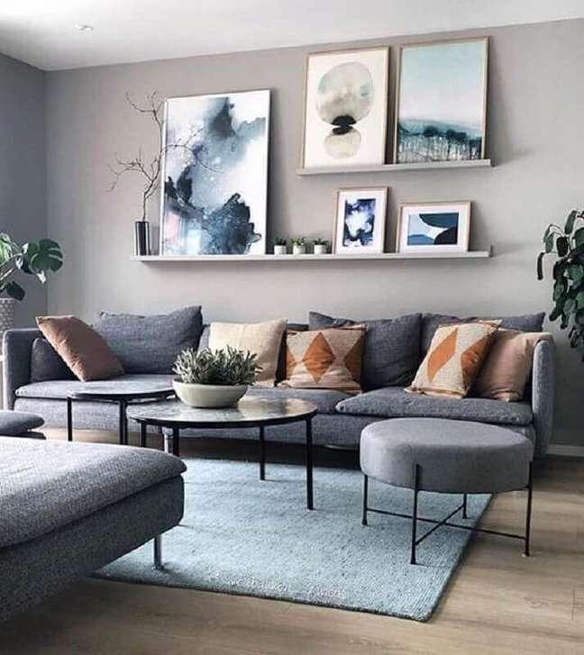 25. Decoração de sala com vários quadros e almofadas para sofá cinza – Foto: Slipstick – Furniture Accessories