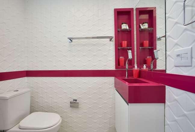 13. Banheiro rosa e branco com rodameio e bencada da mesma cor – Foto amandapagliarinimacedo
