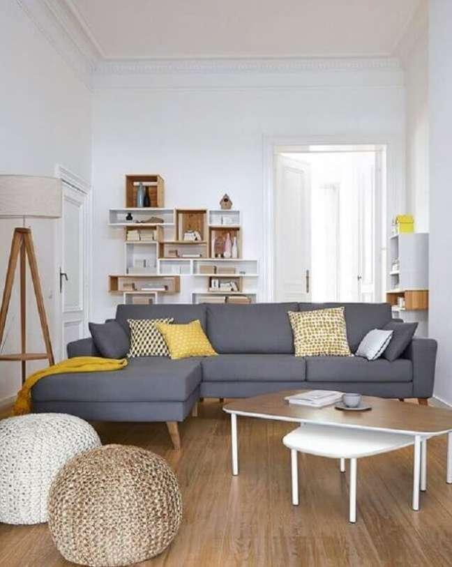 40. Decoração simples para sala com caixotes de madeira e almofadas para sofá cinza com chaise – Foto: Micasa Revista