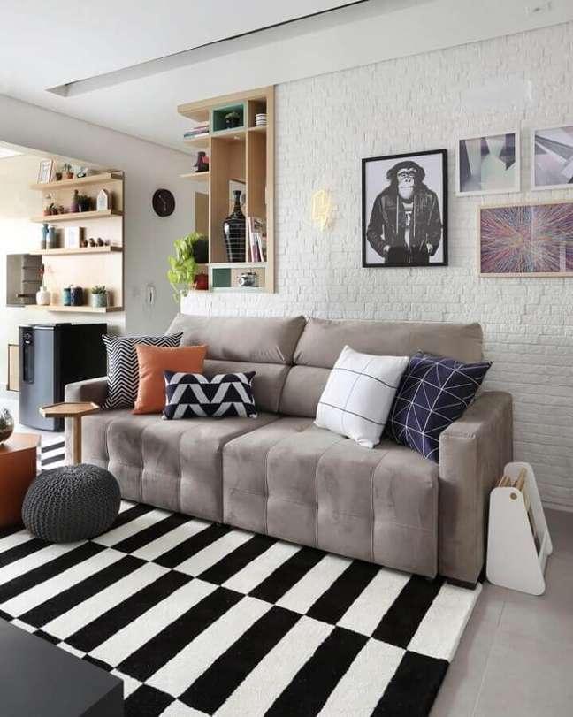 62. Tapete preto e branco para sala decorada com parede tijolinho branco e almofadas para sofá cinza – Foto: Bianchi & Lima