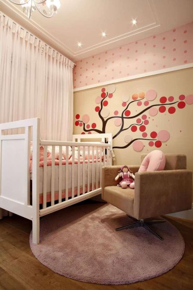 33. Quarto de bebe com rodameio para papel de parede – Foto By Arq e Design