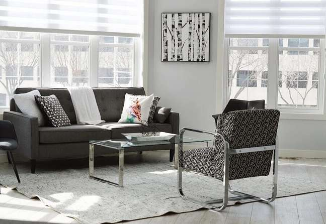 53. Sala decorada com poltrona estampada e almofadas para sofá cinza escuro – Foto: Pixabay
