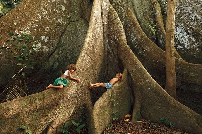 Ribeirinhos do rio Jufari brincam nas raízes da Sumaúma. Amazonas, 2016