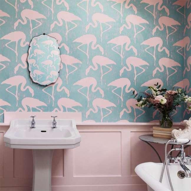 8. Banheiro com rodameio rosa e papel de parede de flamingo – Foto Finest Wallpaper