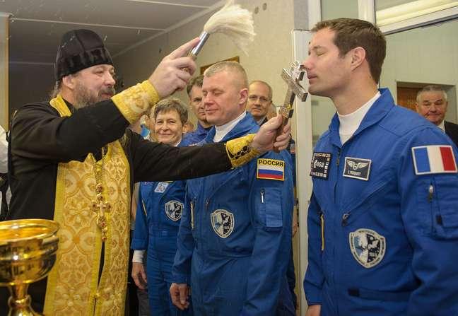 Os russos não só não têm problema como fizeram uma tradição das B6ençãos dos sacerdotes ortodoxos.