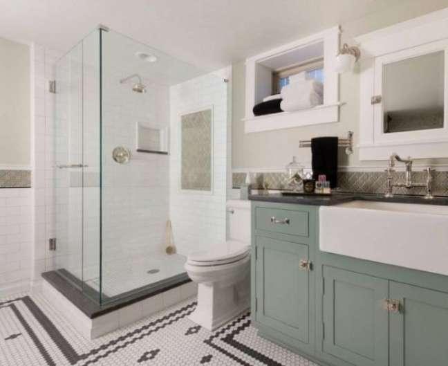 58. Banheiro com rodameio branco e revestimento bege – Foto Decor Facil