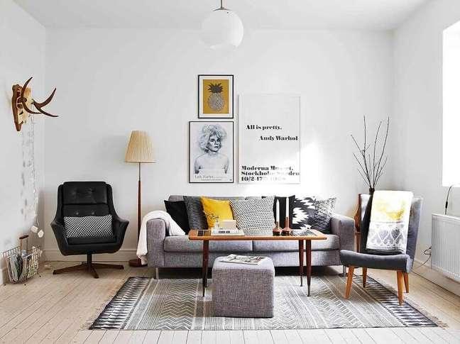 60. Sala simples decorada com poltrona preta e almofadas decorativas para sofá cinza – Foto: Total Construção
