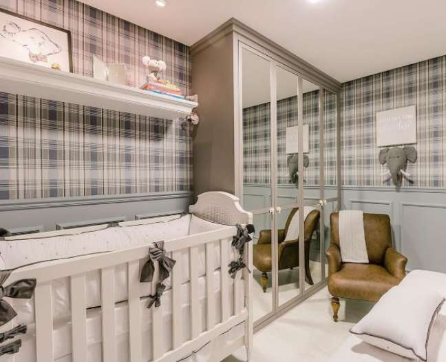 18. Decoração de quarto de bebê com rodameio e papel de parede em tons de azul – Foto Jakelline Munero