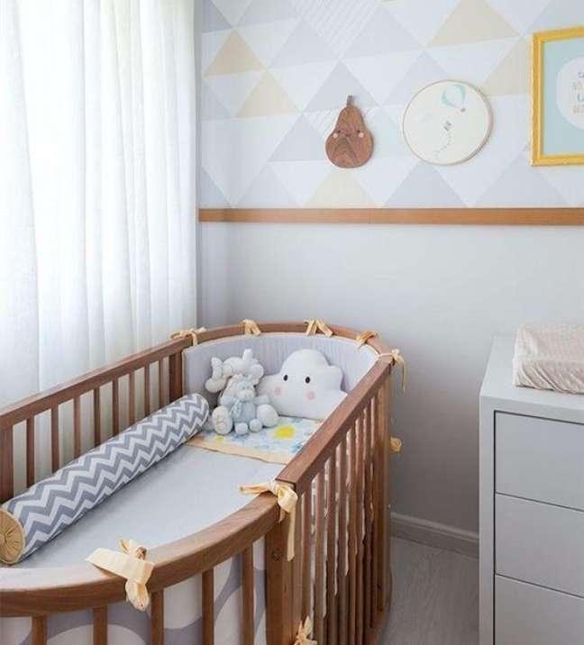 32. Quarto de bebe com rodameio de madeira e papel de parede triangular – Foto UAUÁ – DECORAÇÃO DE QUARTOS INFANTIS