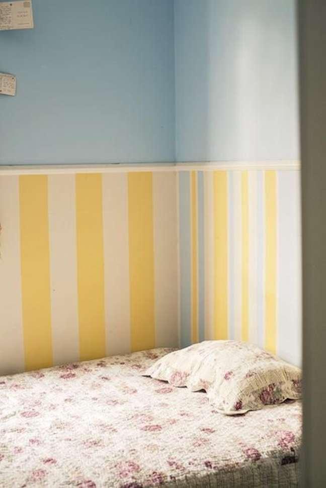 28. Quarto com rodameio e papel de parede listrado em azul e amarelo – Foto Casa Aberta