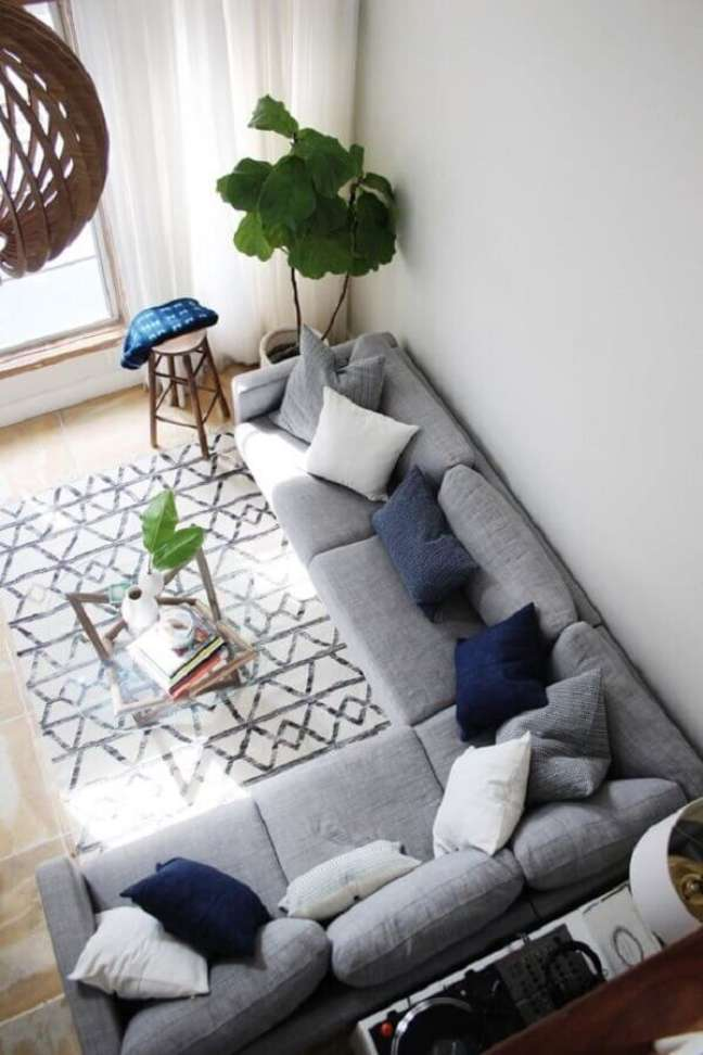 26. Decoração de sala com vaso de chão e almofadas para sofá cinza em L – Foto: west elm