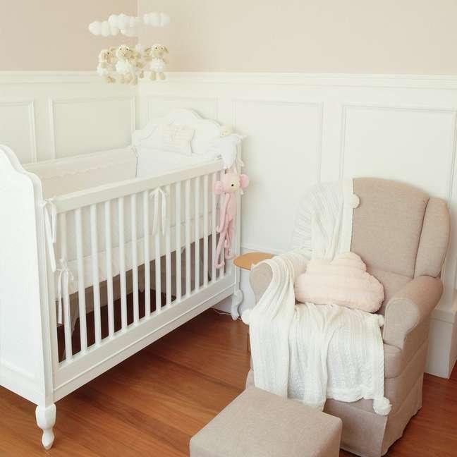 31. Quarto de bebe com rodameio branco e papel de parede rose -Foto Fingers Design
