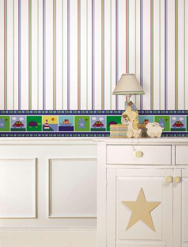 30. Quarto de bebe com rodameio branco e papel de parede infantil – Foto Decor Fácil