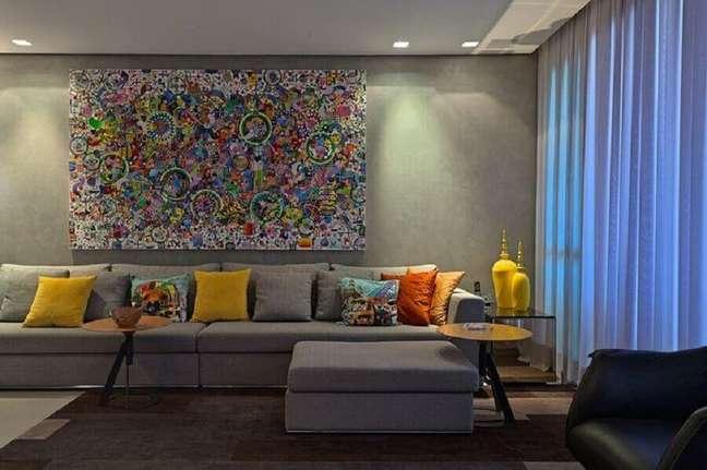 22. Decoração colorida com almofadas para sofá cinza – Foto: Borges Godoy