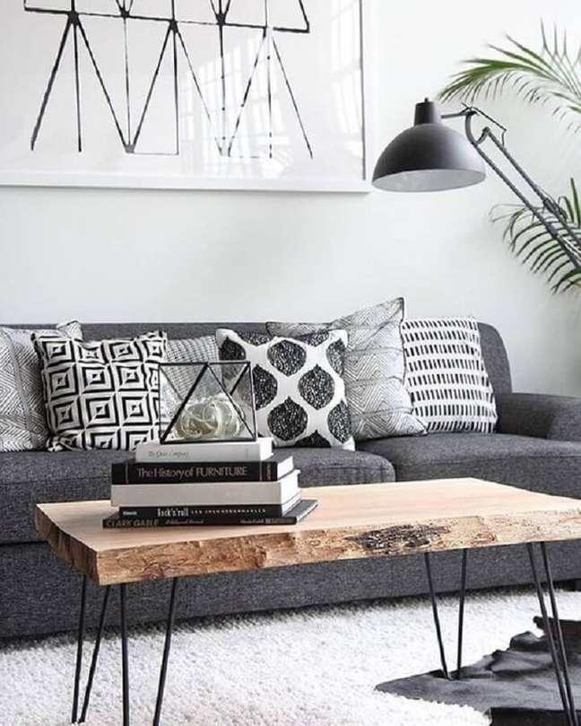 51. Sala decorada com mesa de centro rústica e almofadas para sofá cinza – Foto: Home Life Organization