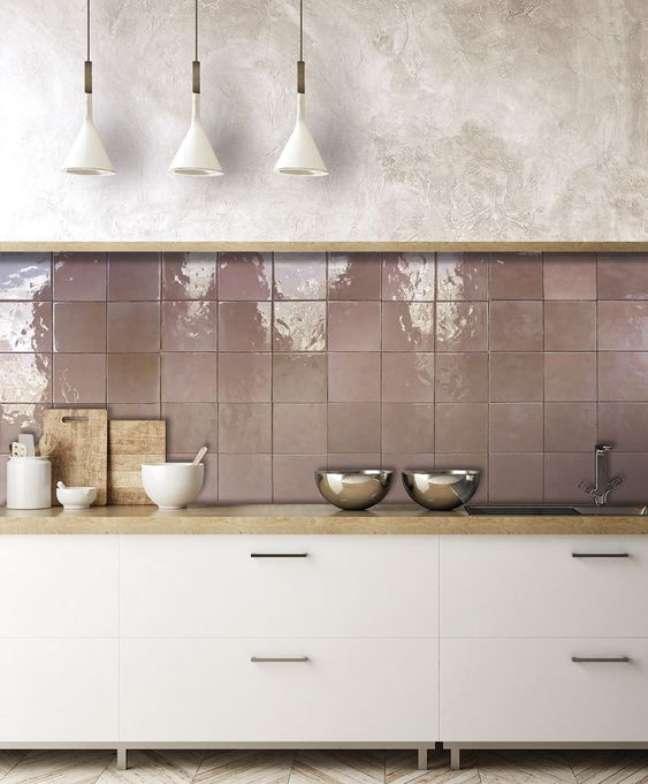 1. Cozinha com rodameio de madeira e azulejo rose – Foto Nanda Tiles