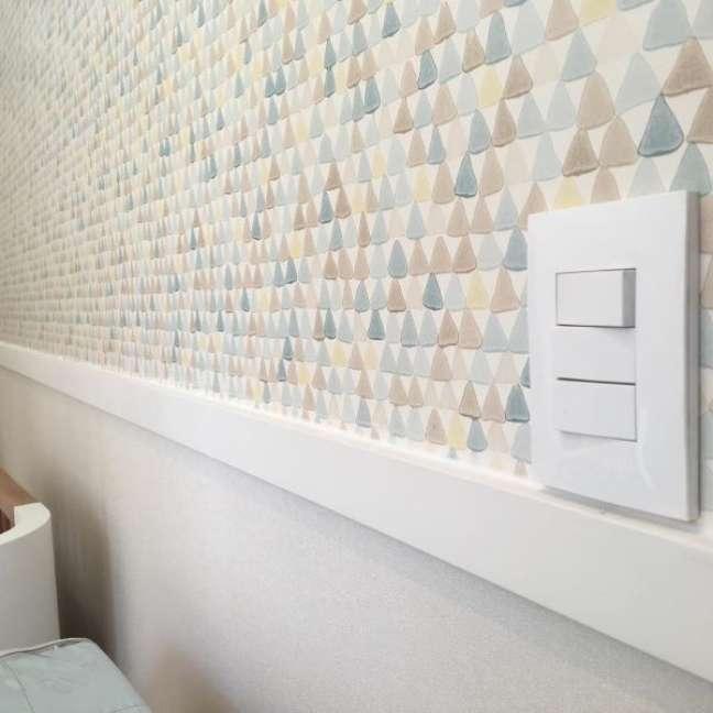 24. Quarto com papel de parede colorido e rodameio adesivo branco – Foto Decor Facil
