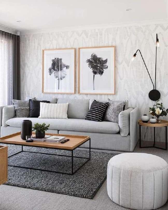 37. Decoração moderna para sala com almofadas para sofá cinza e luminária de parede – Foto: Blanco Interiores