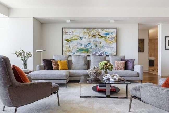 27. Decoração de sala de estar com quadro grande e almofadas para sofá cinza – Foto: NEAT Method