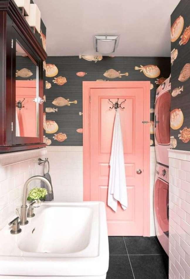 57. Banheiro com rodameio branco e papel de parede de peixe – Foto Wills Design Associates
