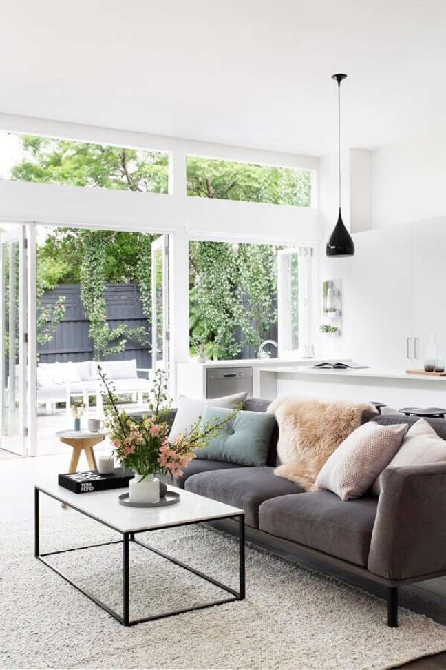 12. Combinação de almofadas para sofá cinza em decoração de sala branca – Foto: Adore Home Magazine