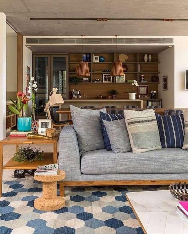 30. Decoração de sala estilo industrial para com almofadas decorativas para sofá cinza – Foto: Decorando com Classe